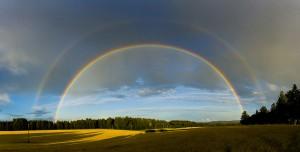 Twee regenbogen in landschap