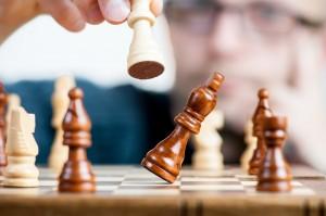 Schaakbord waarbij de loper wordt geslagen als beeld voor marketingstrategie