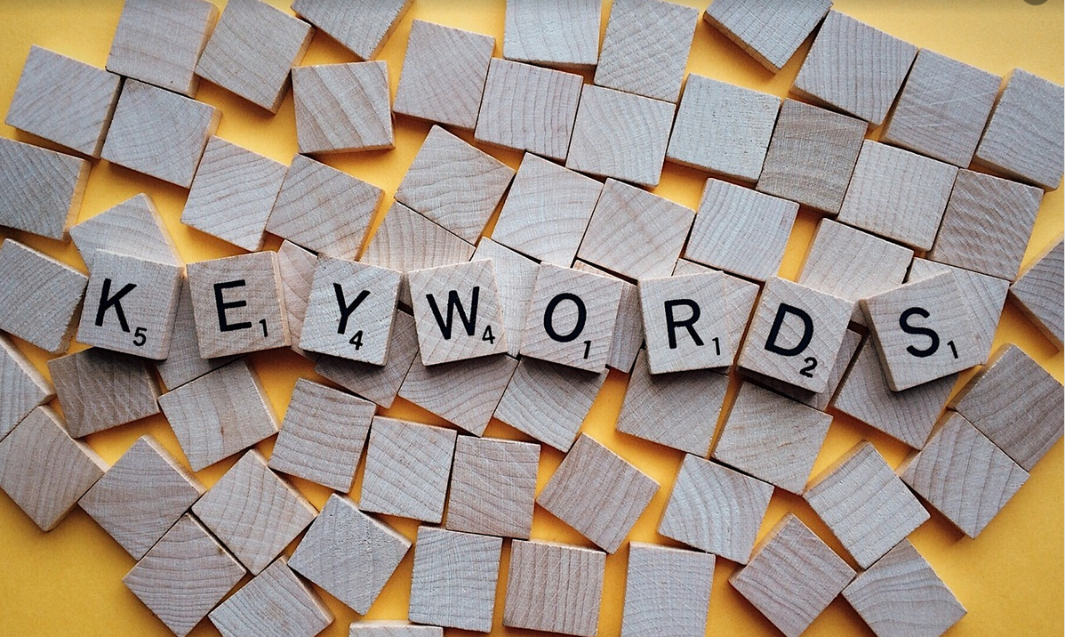 Keyword scrabble letters voor SEO optimalisatie