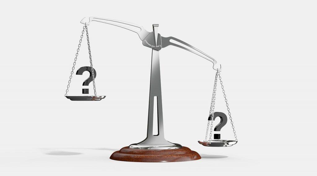 Weegschaal om afweging te maken tussen vaste prijzen en betalen voor gebruik