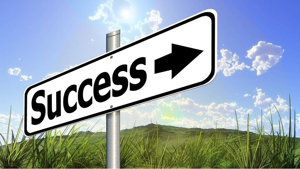 Bord wijst weg naar succes. Voor thought leaders is dat traag denken en goed om je heen kijken