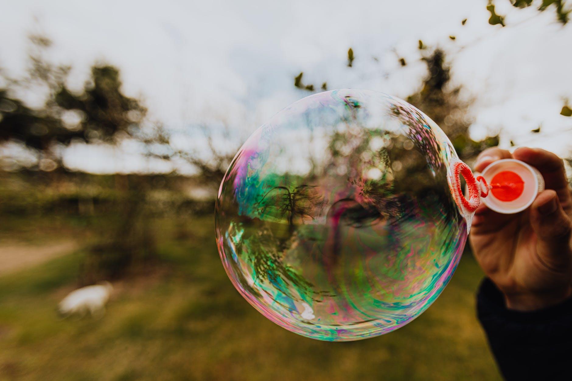 Kijken door een gekleurde zeepbel. Zo zie je de omgeving dankzij personalisatie algoritmes